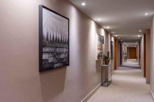 Habitaciones-pasillo-Hotel-Xalet-del-golf-cerdaña