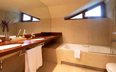 Habitacion-atico-doble-familiar-baño-Hotel-Xalet-del-golf-cerdaña